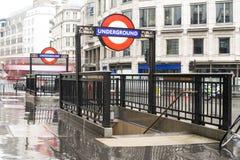 Estación de metro y muestra foto de archivo libre de regalías