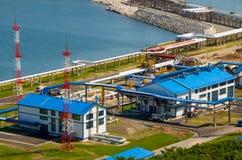 Estación de petróleo en la bahía Kozmina imagenes de archivo