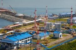Estación de petróleo en la bahía Kozmina foto de archivo libre de regalías