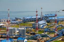 Estación de petróleo en la bahía Kozmina imagen de archivo
