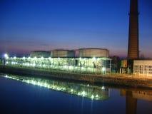 Estación de petróleo en la noche fotos de archivo libres de regalías