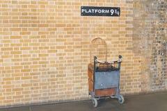 Estación 9 3/4 de Ptattform en el statoon cruzado del rey - Harry Potter imagen de archivo libre de regalías