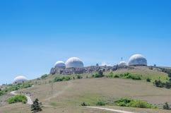 Estación de radar militar encima de la montaña fotografía de archivo