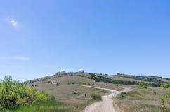 Estación de radar militar encima de la montaña imagenes de archivo