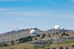 Estación de radar militar encima de la montaña foto de archivo libre de regalías