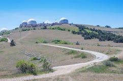 Estación de radar militar encima de la montaña fotografía de archivo libre de regalías