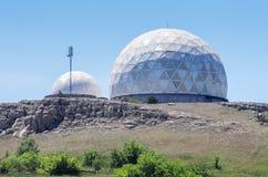 Estación de radar militar encima de la montaña fotos de archivo