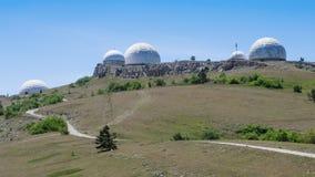Estación de radar militar encima de la montaña imagen de archivo