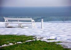 Estación de resorte del invierno con el banco Fotos de archivo libres de regalías