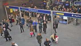 Estación de reyes Cross de Londres con los viajeros que viajan al trabajo metrajes