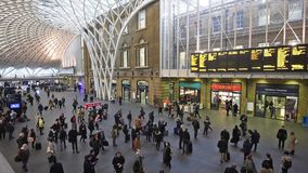 Estación de reyes Cross de Londres con los viajeros que viajan al trabajo almacen de metraje de vídeo