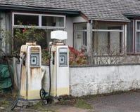 Estación de servicio blanca nostálgica imagenes de archivo