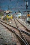 Estación de Shimoyoshida de la plataforma ferroviaria del carril de Fujikyu, composición vertical fotografía de archivo libre de regalías