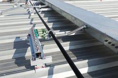 Estación de tierra eléctrica en el tejado fotos de archivo