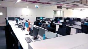 Estación de trabajo con los ordenadores una empresa de tecnología de la información fotografía de archivo