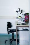 Estación de trabajo moderna del microstope, espacio del texto Imagenes de archivo