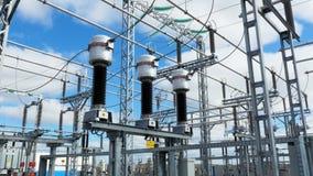 Estación de transmisión eléctrica grande con los cables y los aisladores almacen de metraje de vídeo