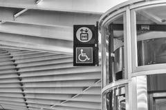 Estación de tren de alta velocidad Reggio Emilia, señal para discapacitado imágenes de archivo libres de regalías