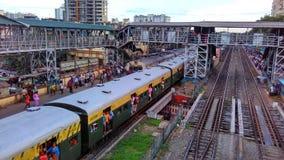 Estación de tren apretada indio con los trenes foto de archivo