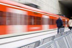 Estación de tren con el tren móvil Fotos de archivo