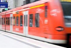 Estación de tren con el tren móvil Foto de archivo libre de regalías