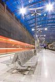 Estación de tren con el tren móvil Imagen de archivo