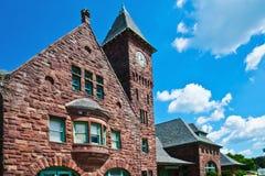 Estación de tren con la torre de reloj en un día brillante Foto de archivo
