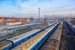 Estación de tren de larga distancia de los carros ferroviarios Imagen de archivo libre de regalías