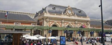 Estación de tren del carril en agradable imagen de archivo libre de regalías