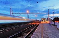 Estación de tren en la falta de definición de movimiento en la noche, ferrocarril Imagen de archivo libre de regalías