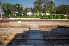 Estación de tren en un pequeño pueblo foto de archivo