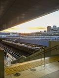 Estación de tren de Kyoto con puesta del sol fotografía de archivo