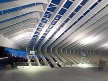Estación de tren moderna en la noche fotografía de archivo