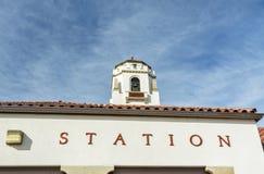 Estación de tren y cielo azul profundo fotografía de archivo libre de regalías