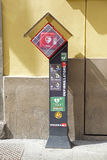 Estación de un AED externo automatizado del defibrillator en la ciudad italiana Lecco Imagen de archivo libre de regalías
