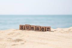 Estación de vacaciones de verano en la playa del mar Imagen de archivo libre de regalías