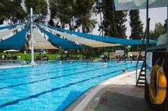 Estación de verano en la piscina de puertas abiertas Foto de archivo