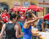 Estación del abastecimiento del maratón 2018 en el ayuntamiento viejo - Regensburg, Alemania de Regensburg Foto de archivo libre de regalías