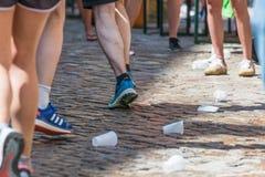 Estación del abastecimiento del maratón 2018 en el ayuntamiento viejo - Regensburg, Alemania de Regensburg Fotografía de archivo libre de regalías