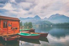 Estación del barco en el lago alpino Strbske Pleso, centro turístico popular en las altas montañas de Tatra, Eslovaquia Slovensko imagen de archivo libre de regalías