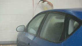 Estación del carwash del autoservicio, coche que se lava con el chorro de agua, concepto del carwash del autoservicio almacen de metraje de vídeo
