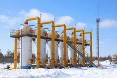 Estación del compresor de gas en un día soleado Fotos de archivo