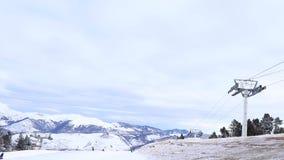 Estación del esquí en las montañas Hay un teleférico para los esquiadores almacen de metraje de vídeo