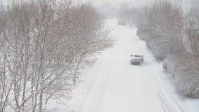 Estación del invierno El coche monta en un camino nevoso almacen de video