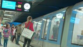 """Estación del metro de Alemania - Munich 23 de junio de 2018 del †"""", espera de la gente en la plataforma"""
