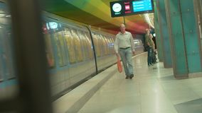 """Estación del metro de Alemania - Munich 23 de junio de 2018 del †"""", espera de la gente en la plataforma almacen de video"""