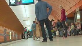 """Estación del metro de Alemania - Munich 23 de junio de 2018 del †"""", espera de la gente en la plataforma almacen de metraje de vídeo"""