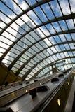 Estación del metro de la escalera móvil - embarcadero amarillo Imágenes de archivo libres de regalías