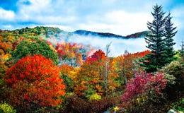 Estación del otoño en la ruta verde azul del canto Imagen de archivo libre de regalías