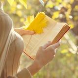 Estación del otoño, gente y concepto de la lectura Imagen de archivo